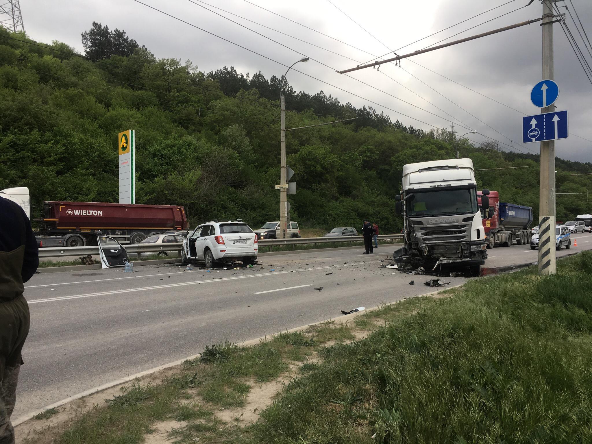 Лобовое столкновение с грузовиком в Крыму: есть пострадавшие