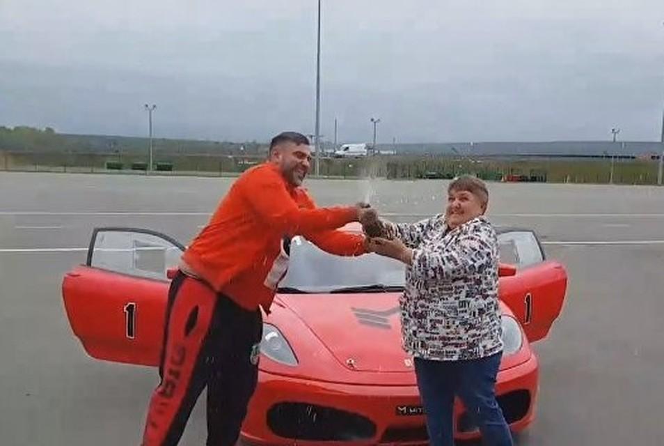 Прогулка на Ferrari, полет на вертолете: болгарин оплатил дворнику из Симферополя шикарную поездку в Москву
