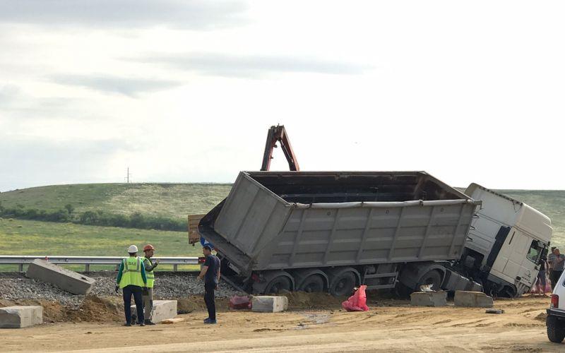 Лопнуло колесо: на крымской трассе улетел в кювет грузовик