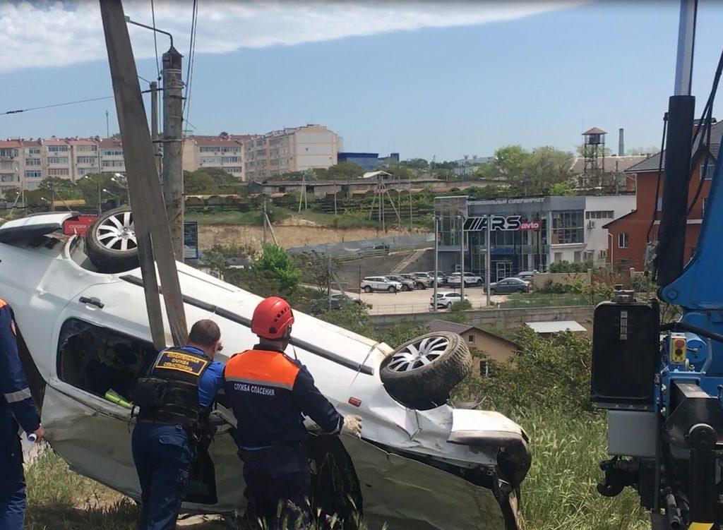 В Севастополе машина вылетела с дороги и перевернулась — водитель скрылся, пассажир в больнице