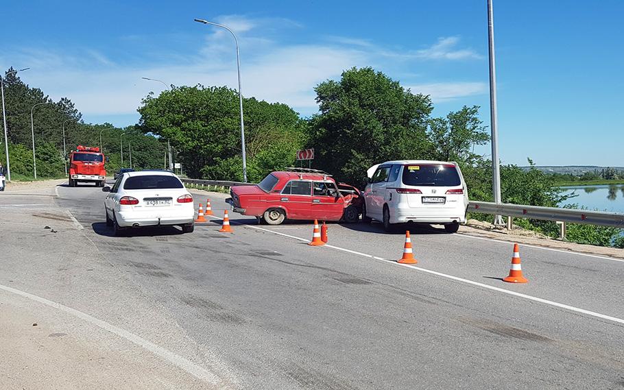 Была угроза взрыва: на крымской трассе столкнулись три автомобиля