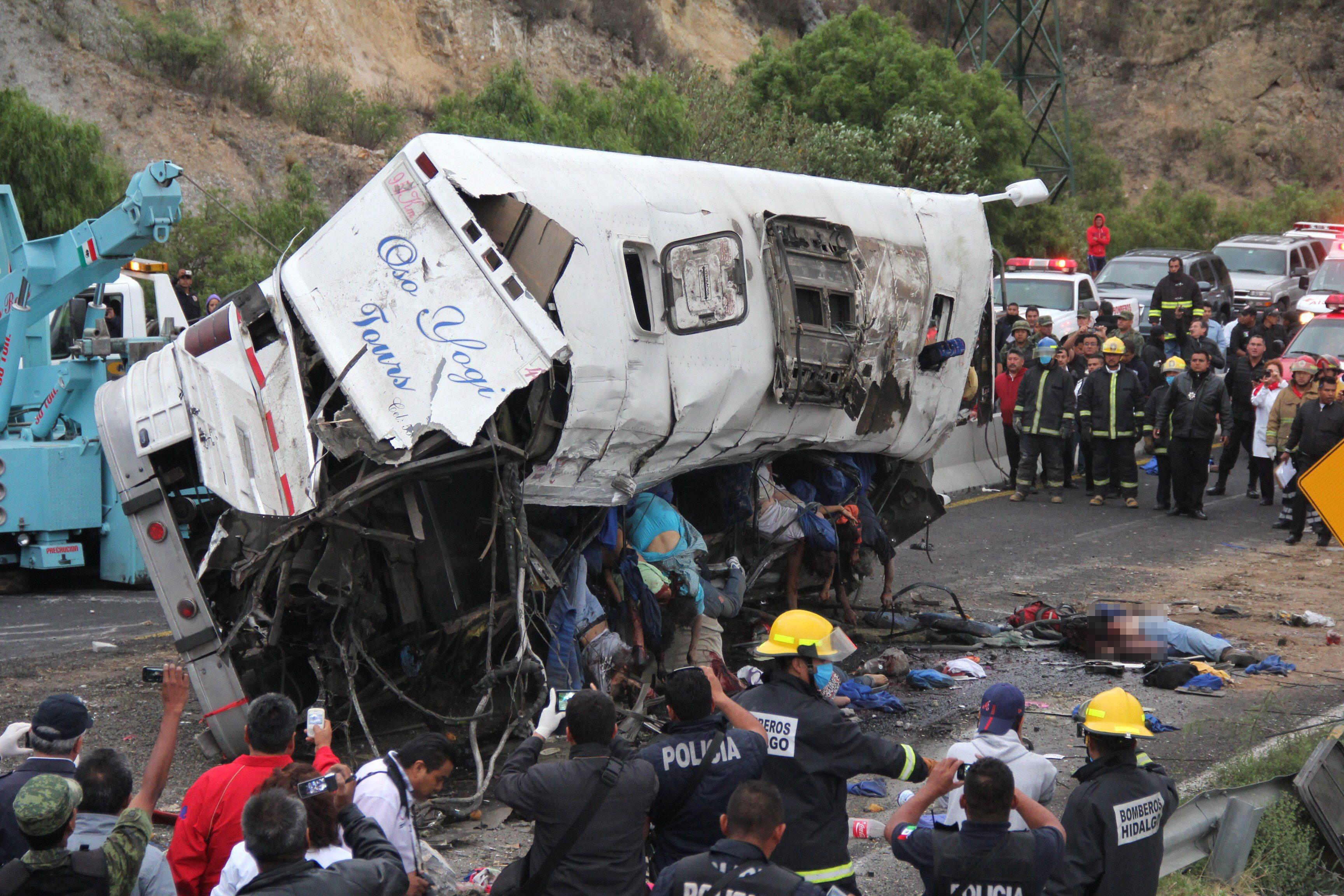 23 погибших, 18 раненых: автобус столкнулся с грузовиком