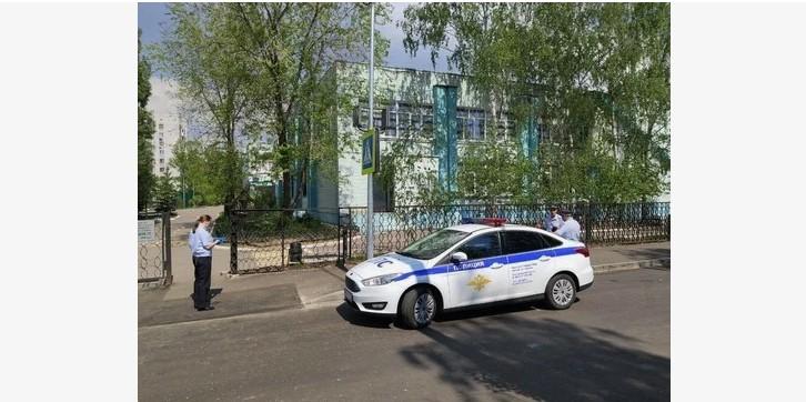 В Казани подросток с пистолетом и ножом взял класс в заложники