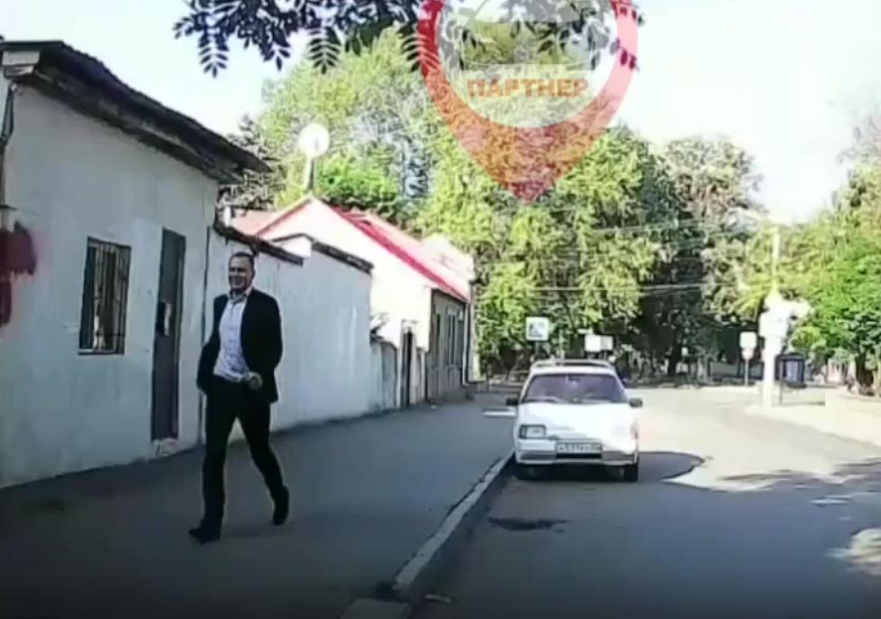 В Симферополе молодой «Ромео» от избытка чувств попрыгал на автомобиле