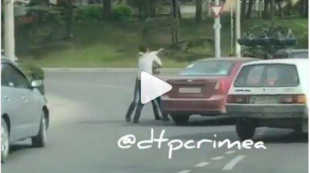«Жестоко избивал водителя»: прямо посреди проезжей части в Севастополе произошла драка