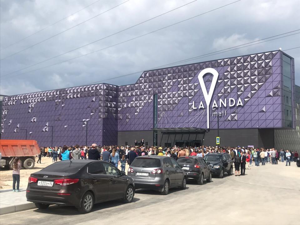 Сотни людей на входе: в Севастополе открылся ТЦ «Лаванда Mall»