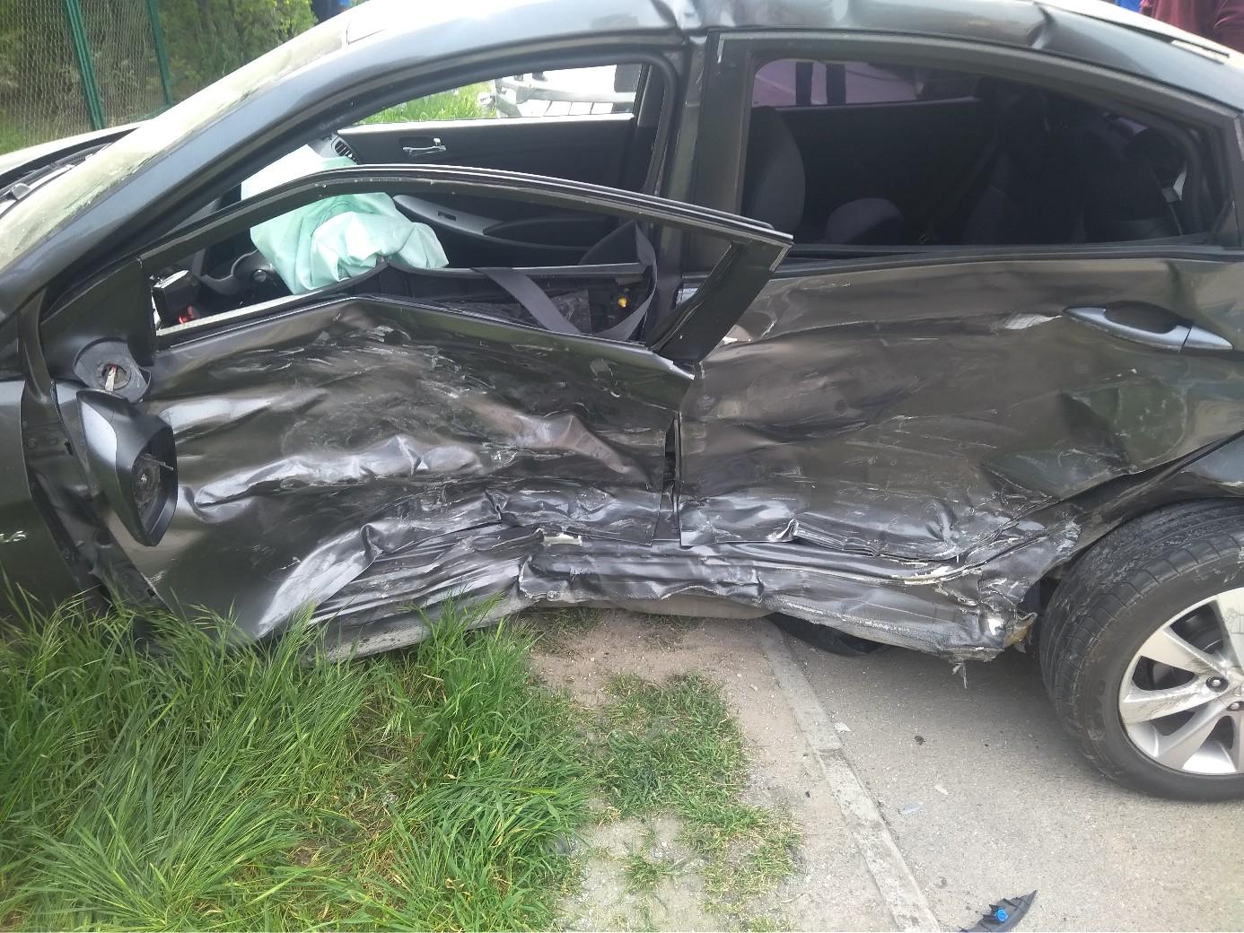 В Севастополе столкнулись две легковушки: от удара авто вылетело на тротуар