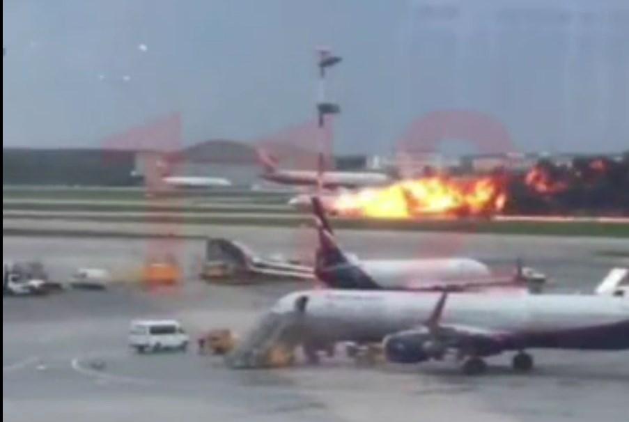 В Шереметьево загорелся самолет, есть погибшие