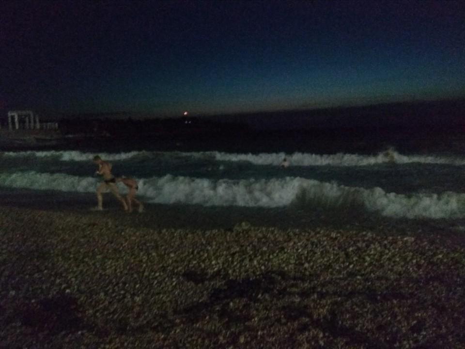 С риском для жизни: в Севастополе дети купались ночью в штормящем море
