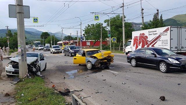 ДТП в Крыму: автомобиль врезался в опору электропередач