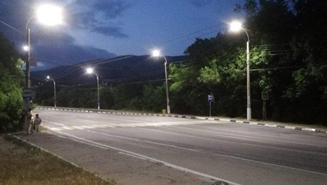 На ялтинской трассе «подсветили» остановки и пешеходные переходы