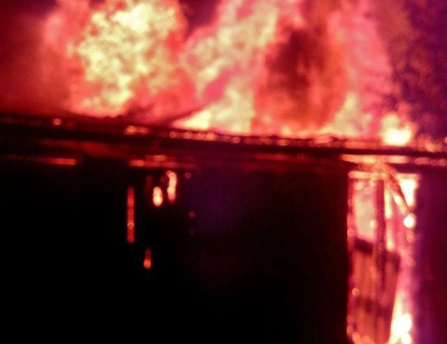 В Крыму загорелась постройка с газовыми баллонами