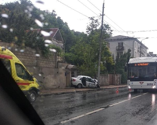 Врезался в столб: в Севастополе разбился водитель такси