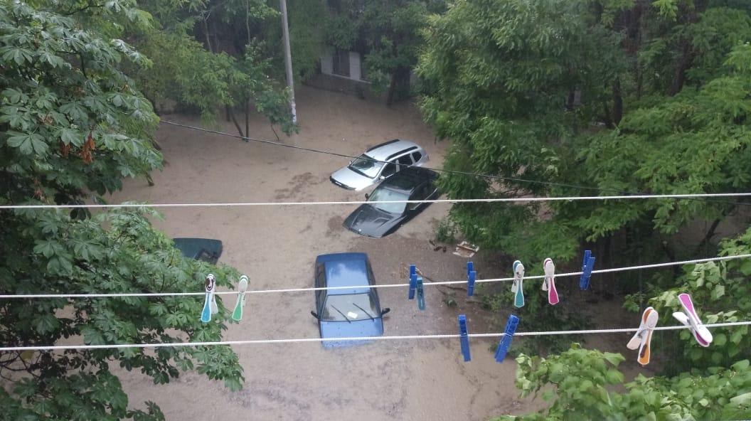 В Севастополе из-за ливня машины ушли под воду
