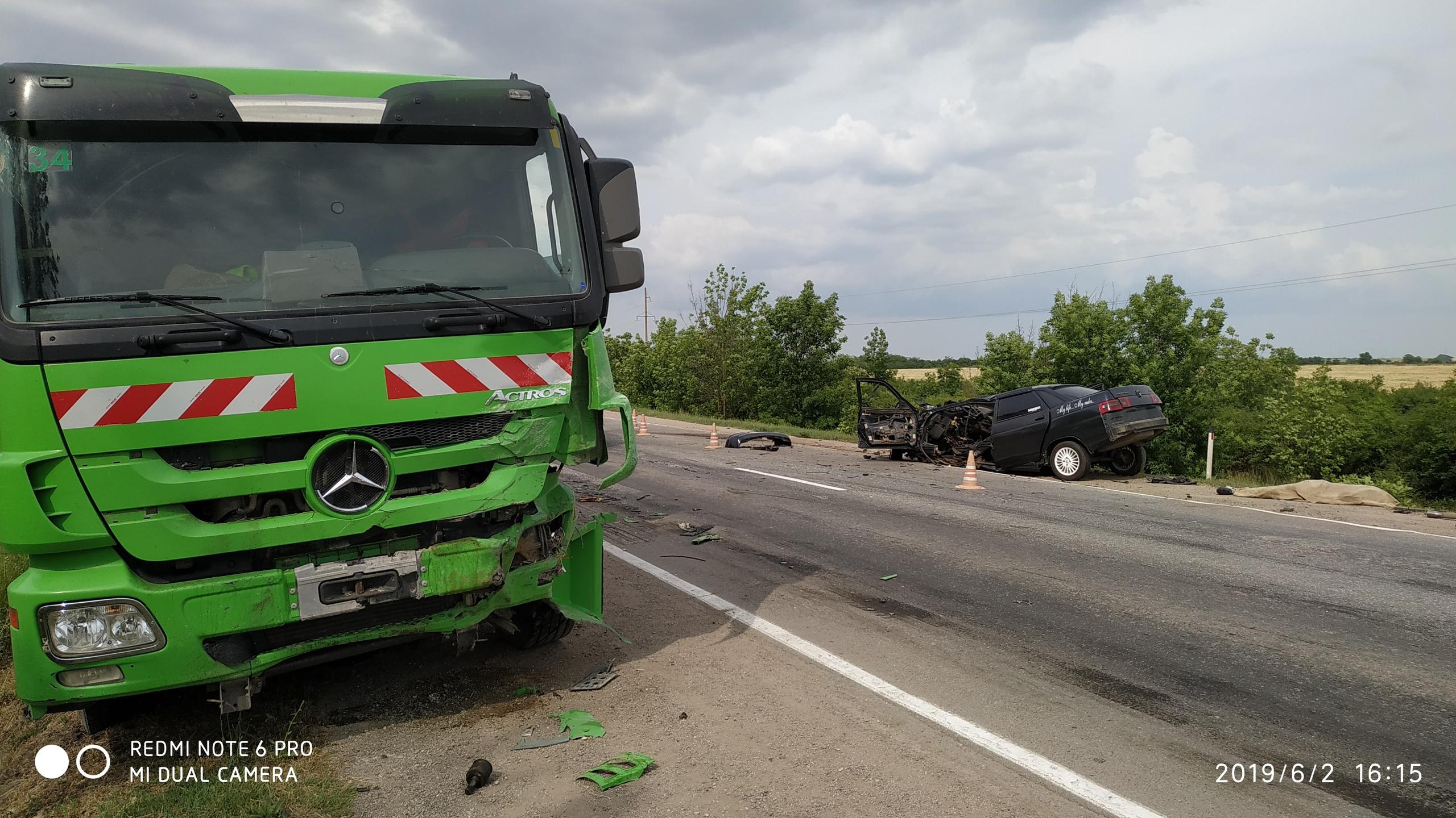 Лобовое столкновение ВАЗа с грузовиком под Симферополем: есть погибший