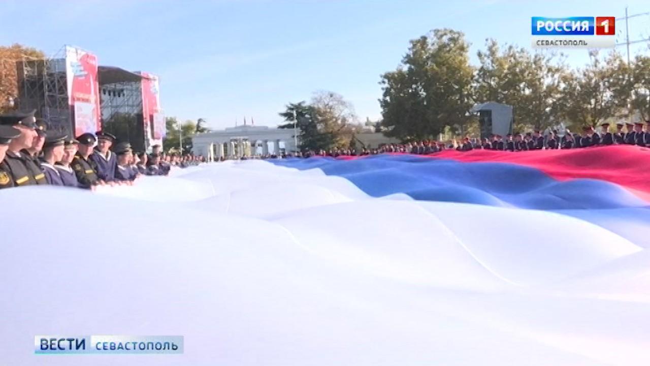 Сегодня в Севастополе развернут гигантский триколор