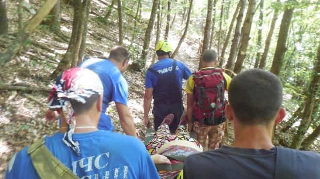 Эвакуировали на носилках: в Крымских горах туристка потеряла сознание