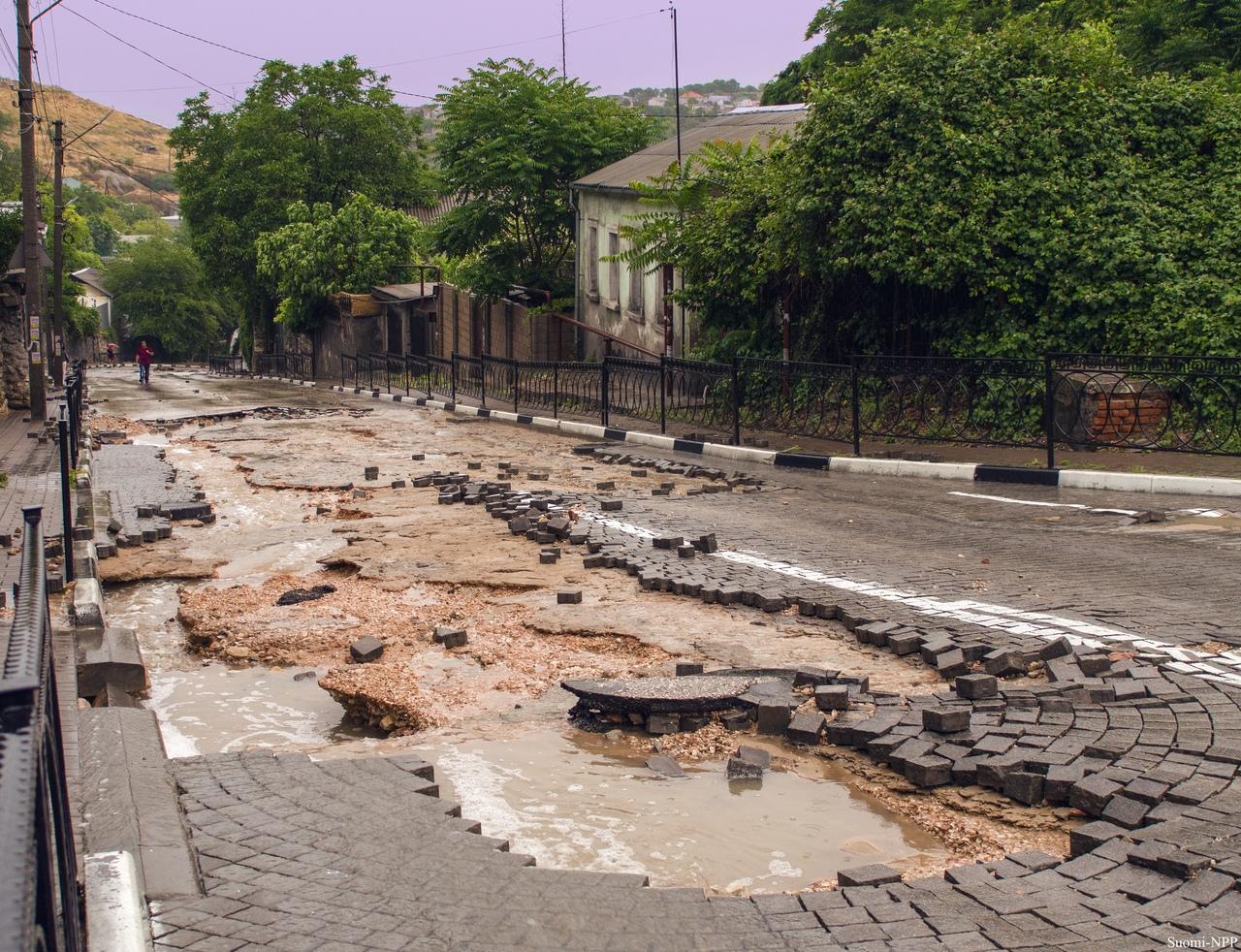 В Сети появились снимки улицы Котовского во время грозы и после