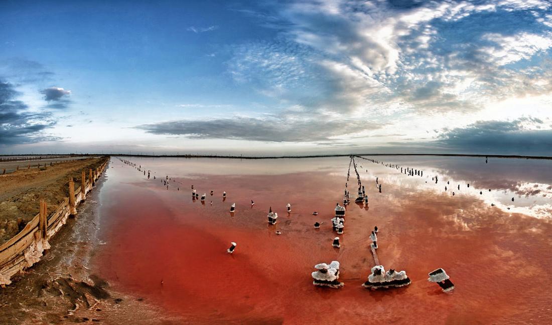 Озеро Сасык-Сиваш в Крыму уже похоже на малиновый кисель