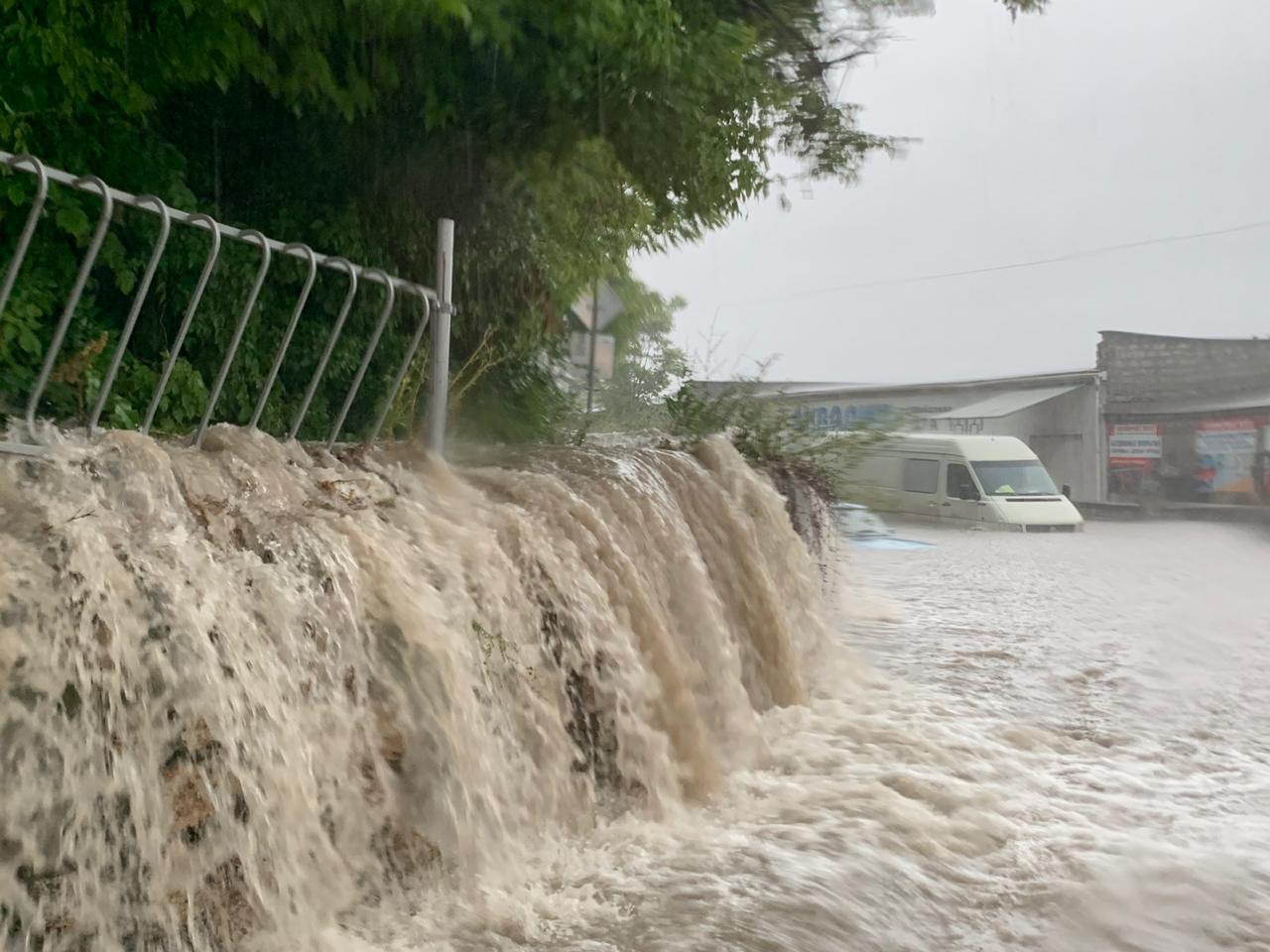«Это какой-то Апокалипсис»: обрушившийся на Севастополь ливень превратил дороги в реки