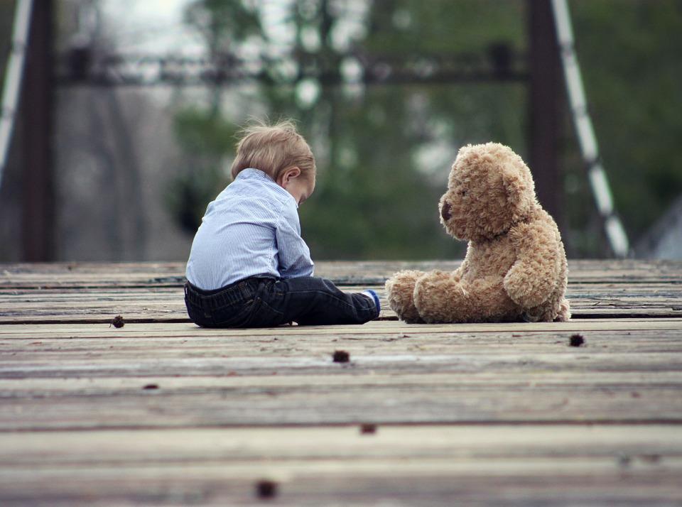 Под Красноярском 2-летний ребенок два дня провел один в доме с трупом отца