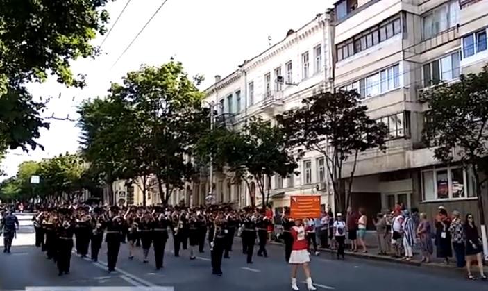 По центру Севастополя марш-парадом прошли музыканты военных оркестров