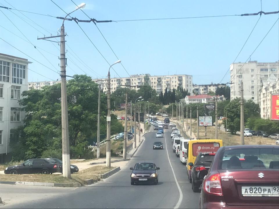 Севастополь встал в километровой пробке из-за аварии