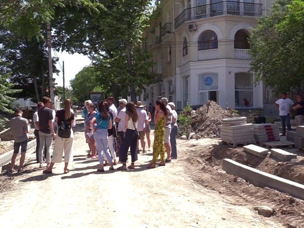 В Севастополе на улице Советской дорожники вырубают деревья