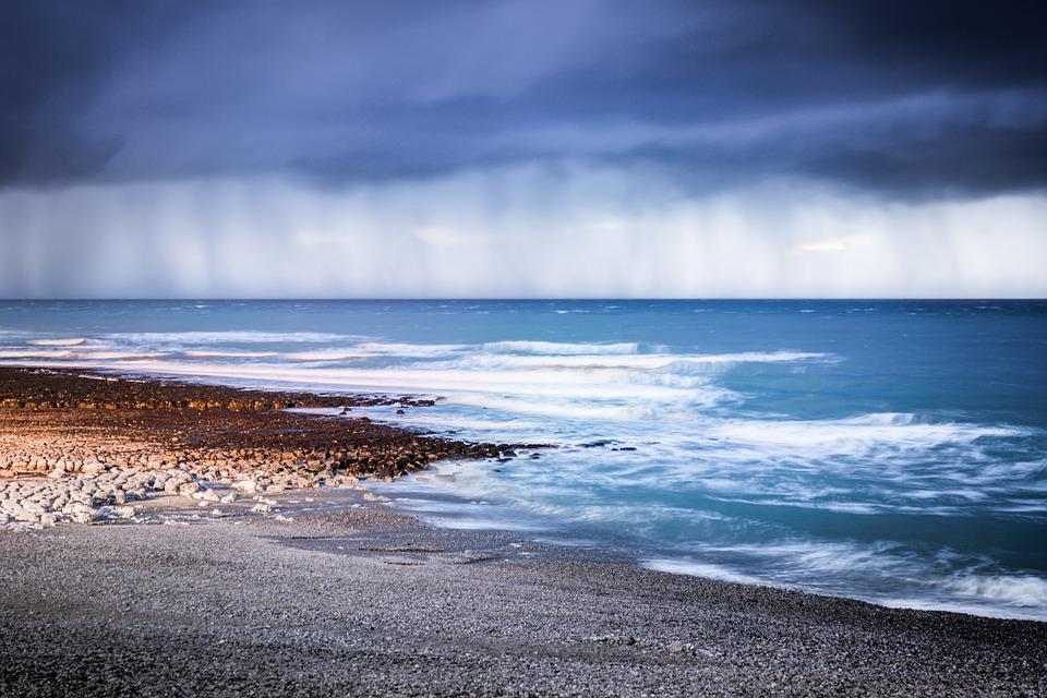 Грозовые дожди и усиление ветра: синоптики рассказали о погоде в Крыму 26-28 июня
