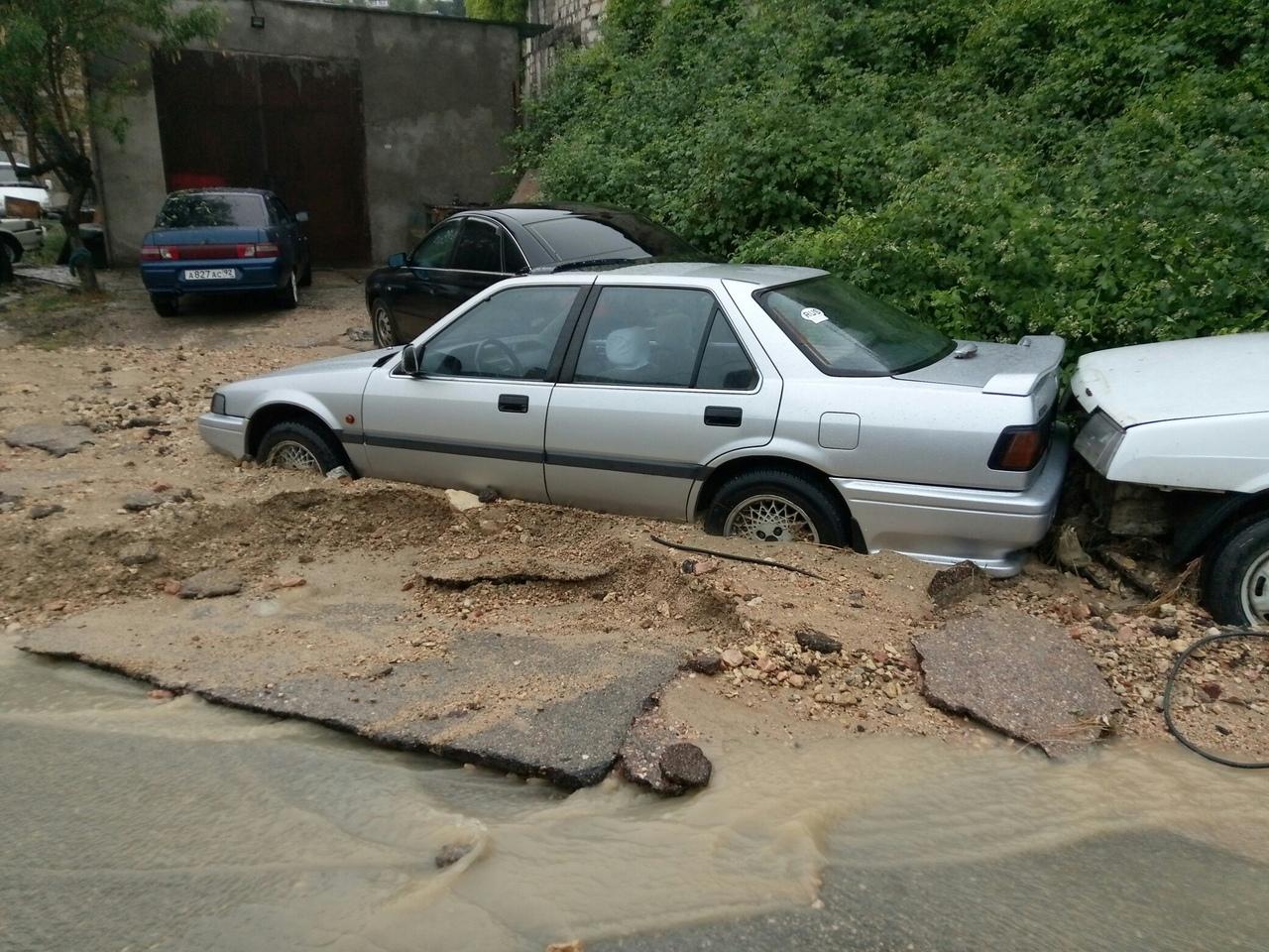 Стихия в Севастополе смыла асфальт и затопила гаражи
