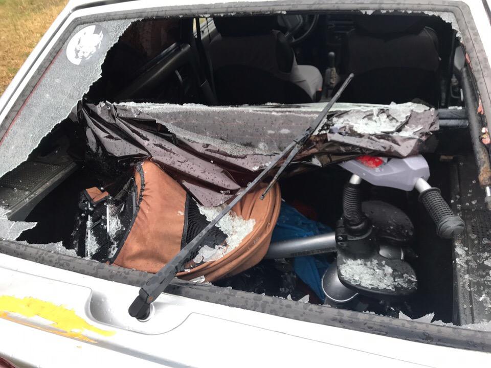Разбитые стекла и вмятины на машинах: последствия града размером с яйцо в Крыму