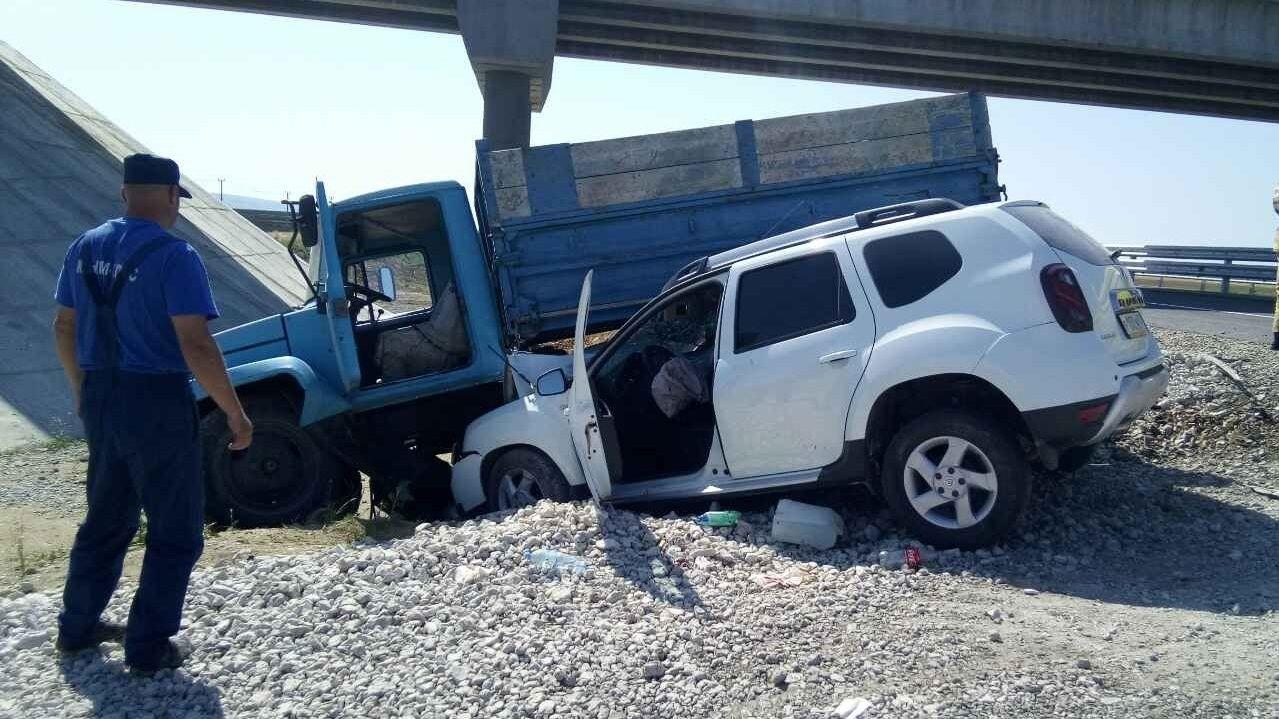 На трассе «Таврида» грузовик столкнулся с кроссовером