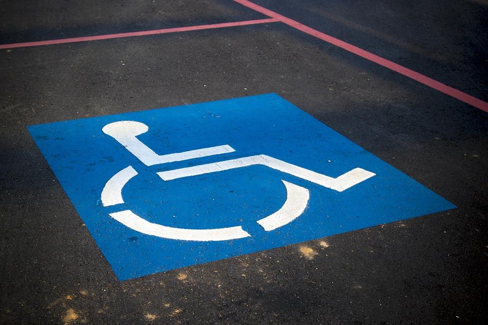 На проспекте Генерала Острякова оборудовали парковки для инвалидов