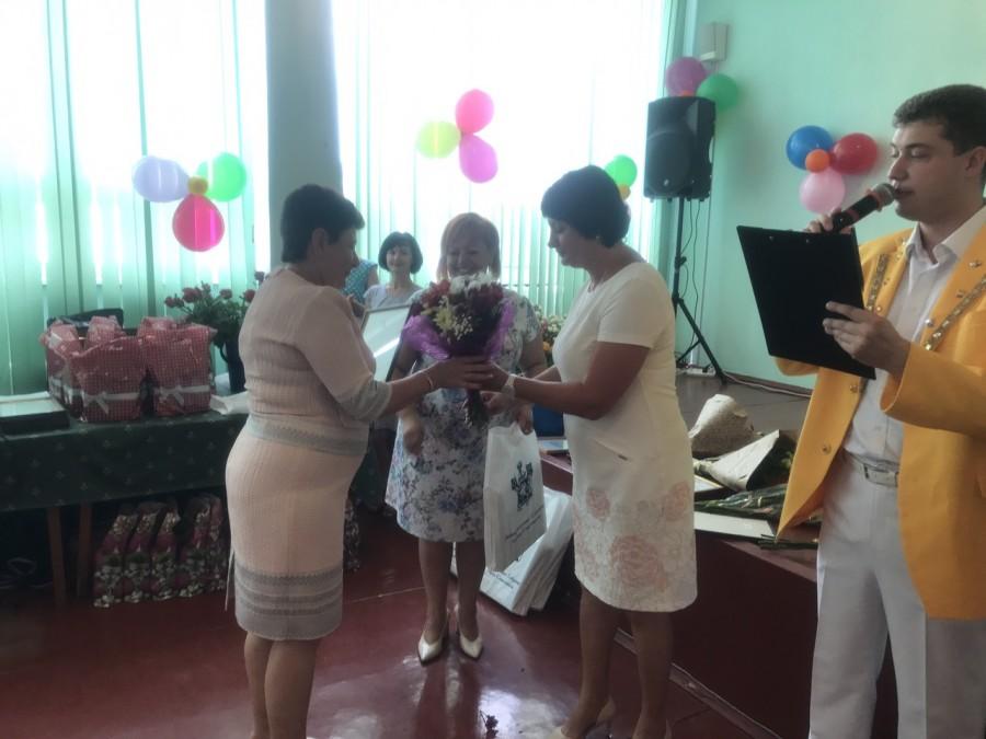Татьяна Лобач вручила денежный сертификат медработникам больницы №9