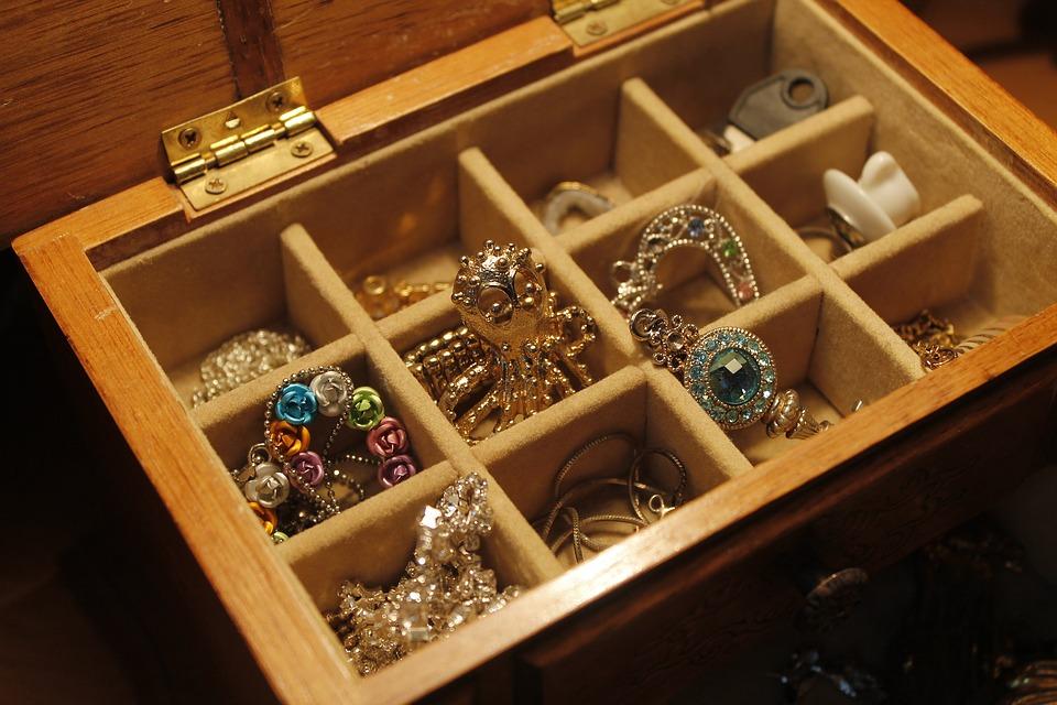 В Севастополе женщина украла из дома подруги драгоценностей на 30 тысяч рублей