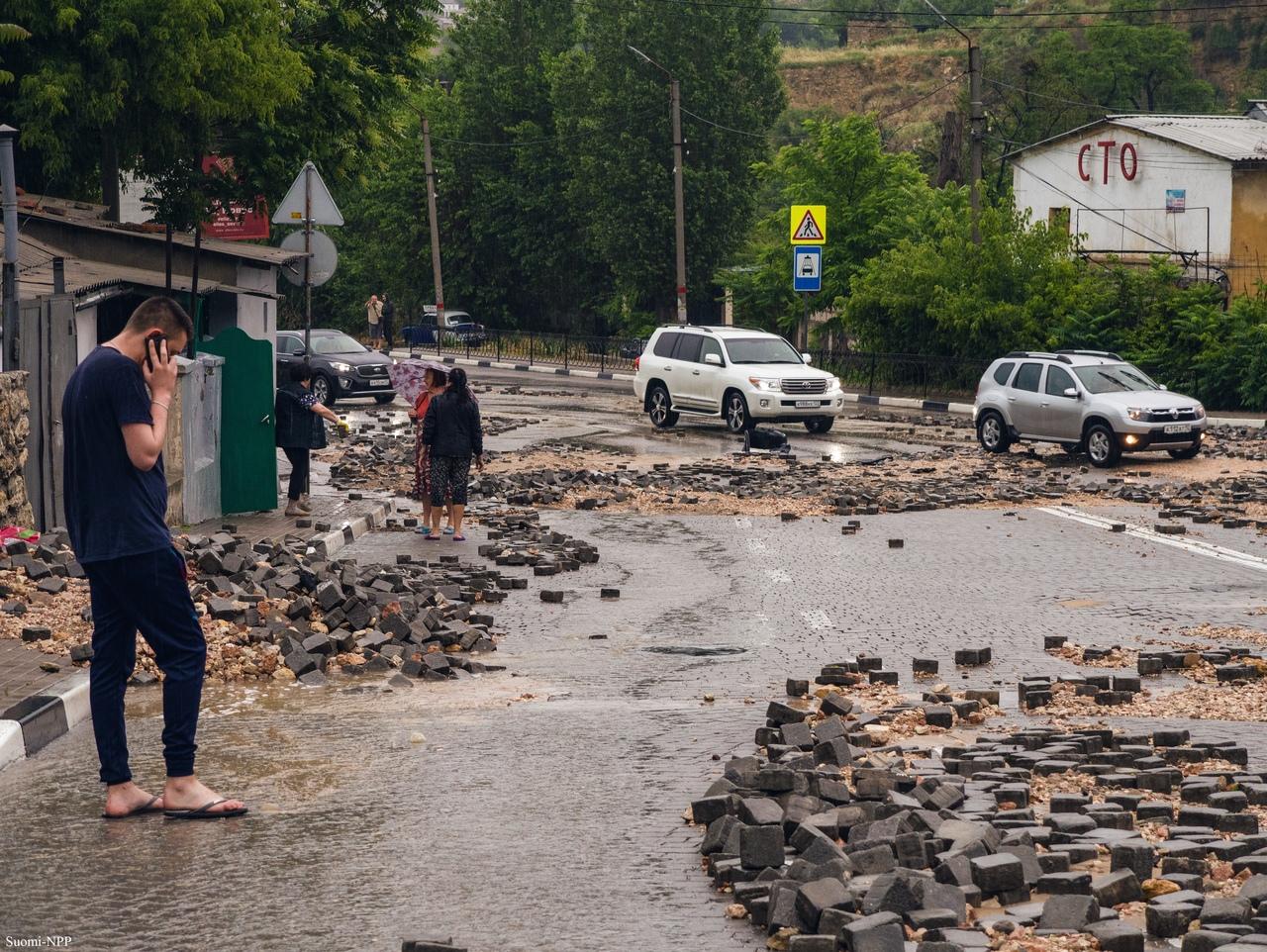 Севастопольским коммунальщикам дали два дня на очистку города от грязи и песка