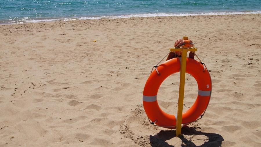 В Крыму туристку едва не унесло в море на матрасе