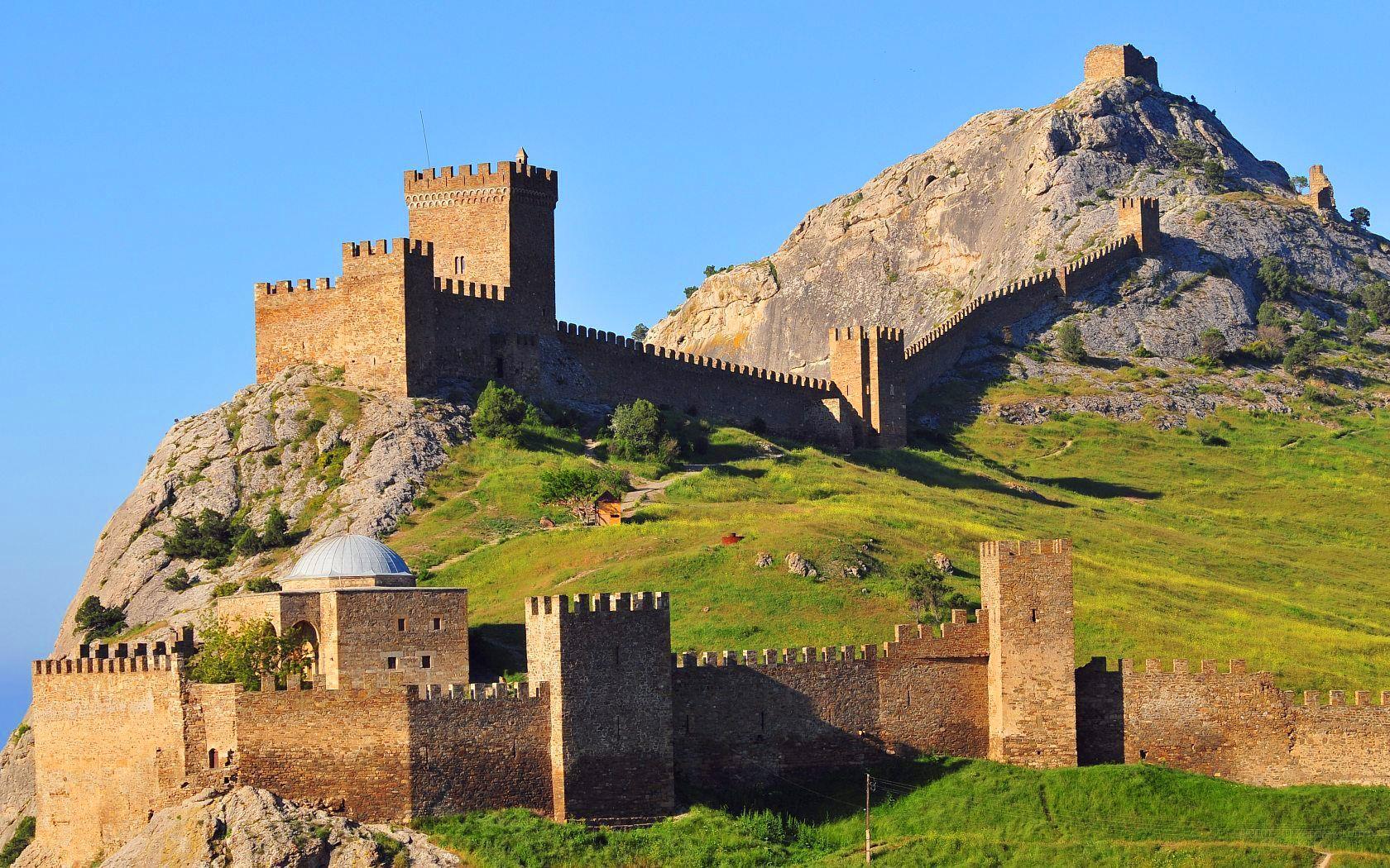 В Судаке турист застрял на скале, пытаясь пробраться в Генуэзскую крепость
