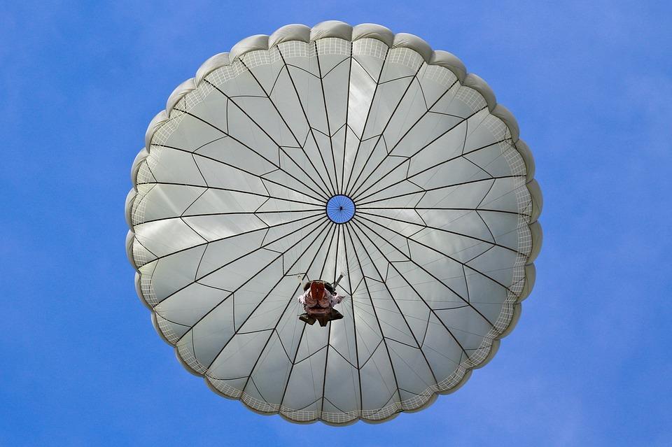 ЧП в Крыму: двое военнослужащих утонули, прыгая с парашютом