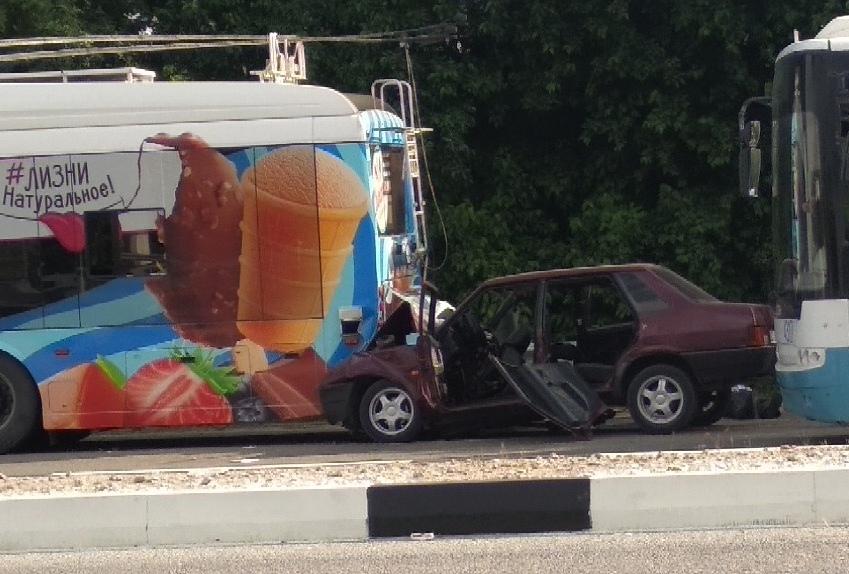 На высокой скорости влетел в припаркованный троллейбус: в страшной аварии в Крыму погибли два человека