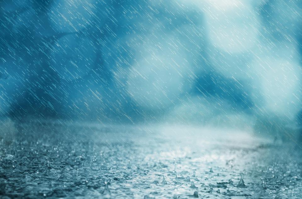 Из-за сильного дождя затопило ТЦ в Севастополе