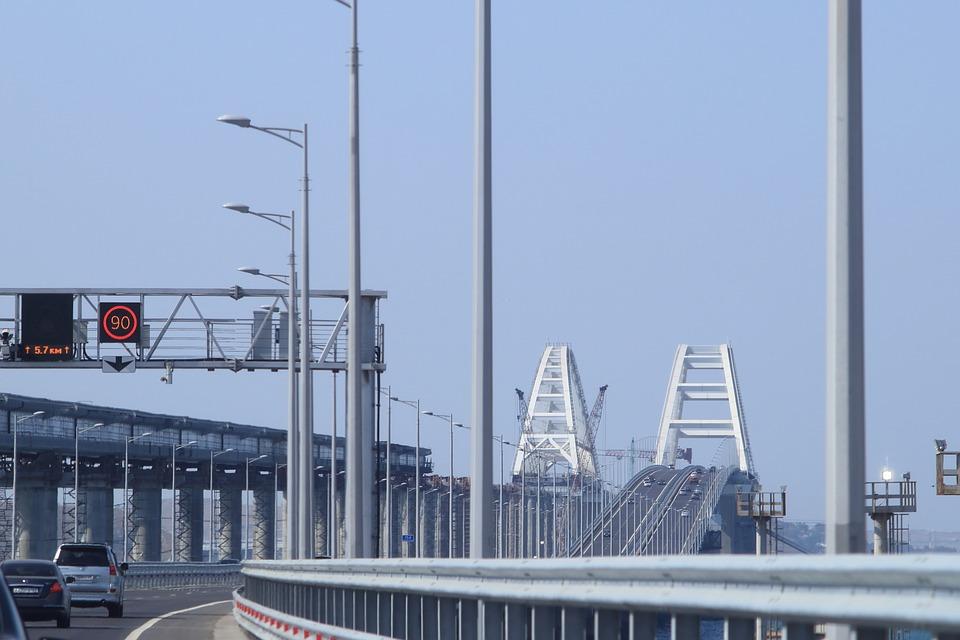 Круглосуточная работа: на Крымском мосту уложили почти 80% рельсов