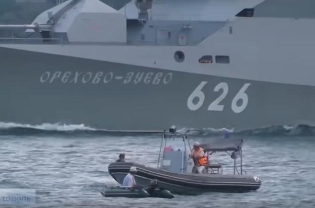 В Севастополе во время репетиции форума «Армия-2019» на пути у боевого корабля оказалась лодка