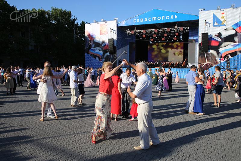 На общегородском балу Севастополя под открытым небом станцевали более 200 пар