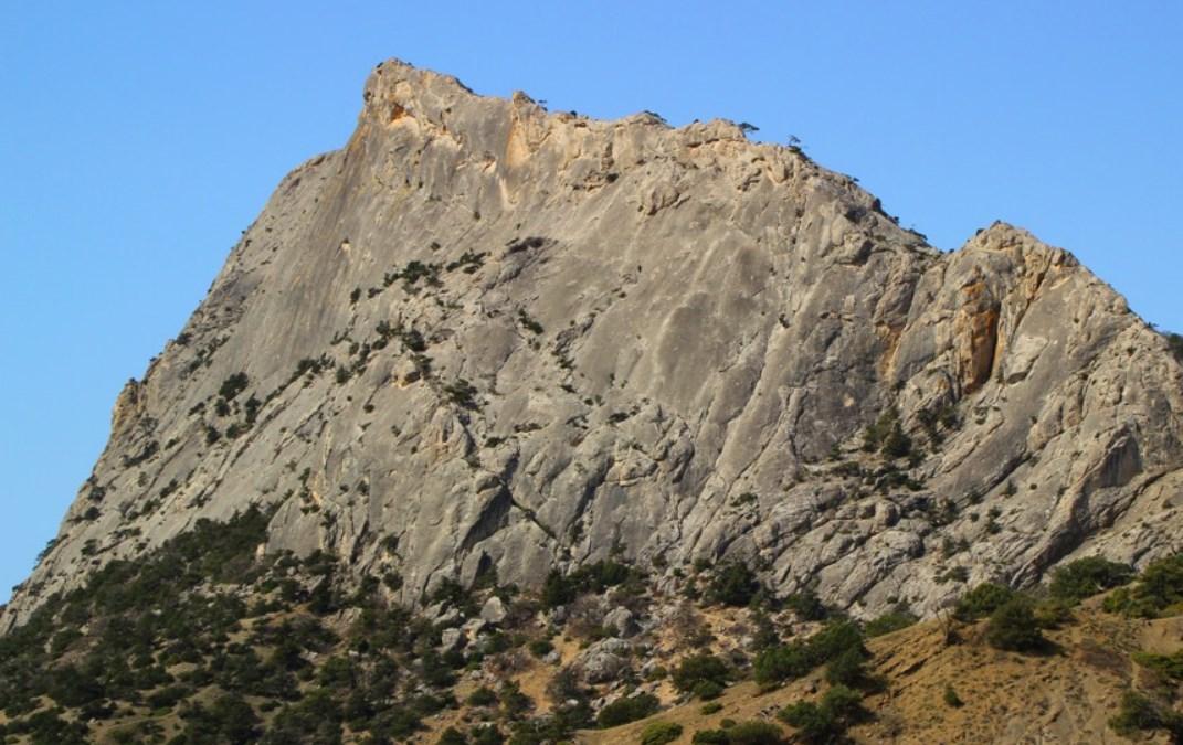 В Крыму трое туристов не смогли спуститься со скалы