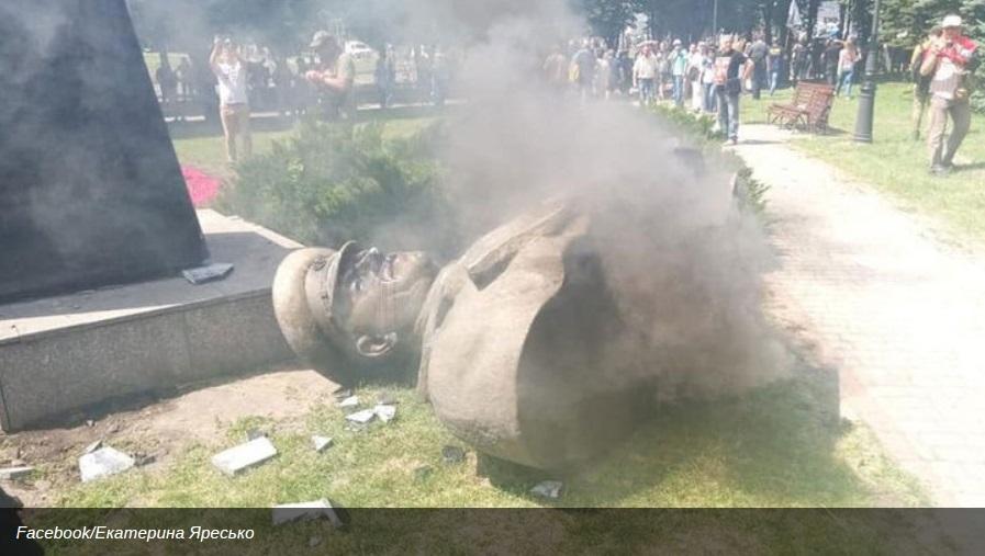 В Харькове националисты снесли бюст маршала Жукова