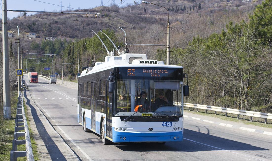 Обрыв троллейбусной линии «парализовал» крымскую трассу