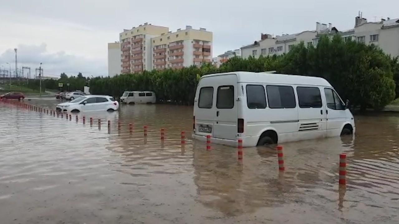 В Севастополе ливень затопил автостоянку