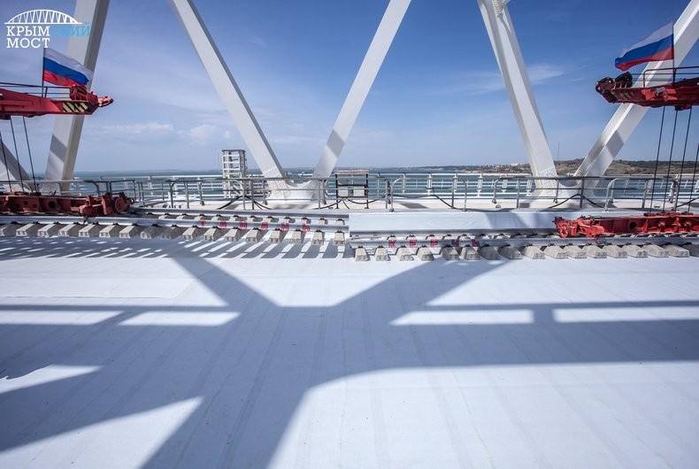 На Крымском мосту полностью завершена укладка рельсов