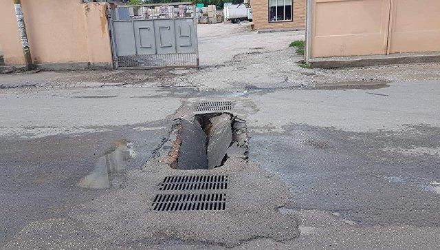 На улице в Симферополе провалился новый асфальт